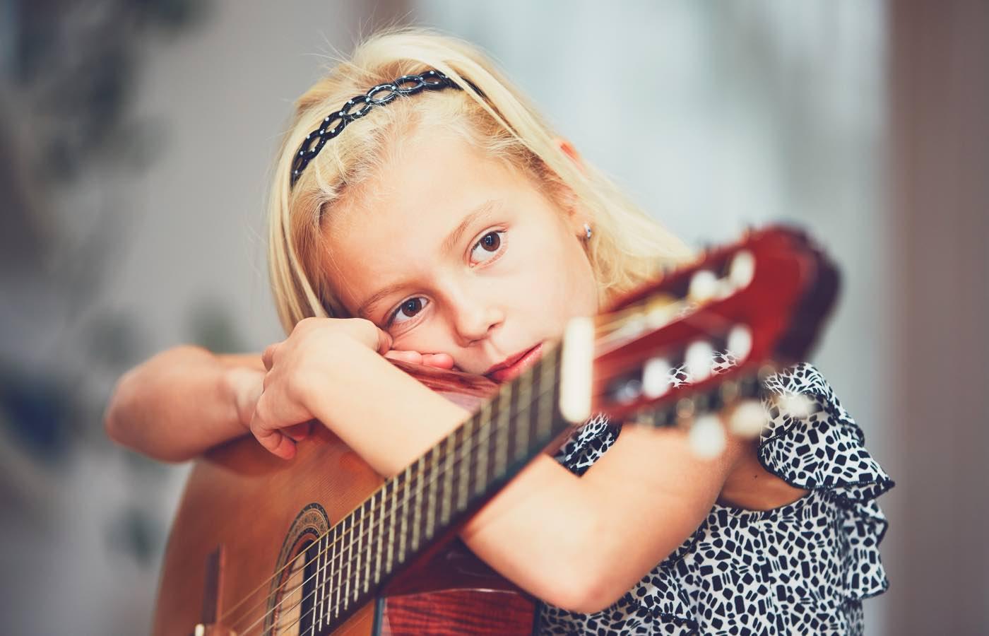 Musique - Jeune fille et une guitare